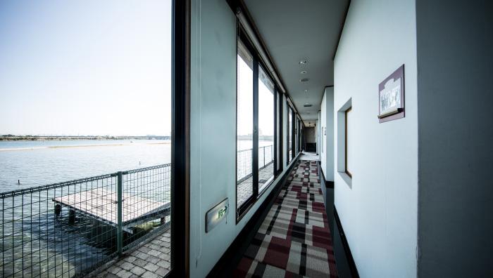 湖沿いの廊下
